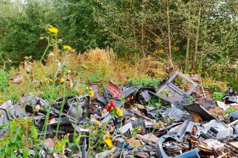 人的污染,垃圾堆在森林里 免版税库存照片