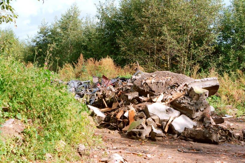 人的污染,垃圾堆在森林里 免版税图库摄影