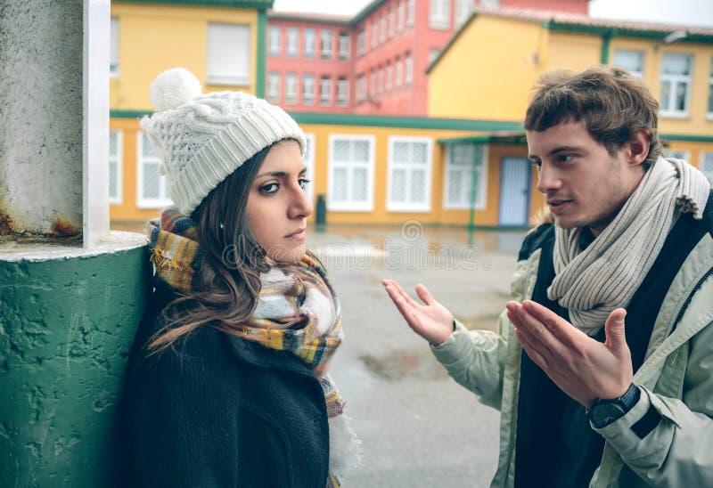 人的生气的妇女听的论据争吵的 免版税图库摄影