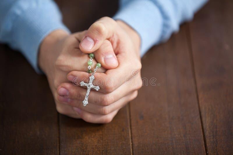 人的祈祷的手有念珠的 免版税图库摄影
