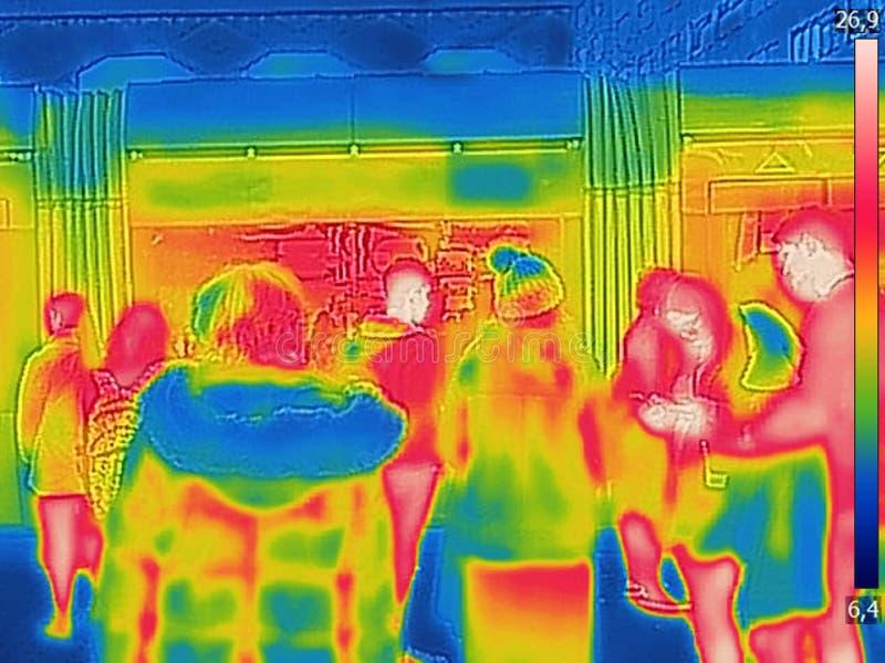 人的红外热量图象城市火车站的在一寒冷冬天天 免版税库存照片