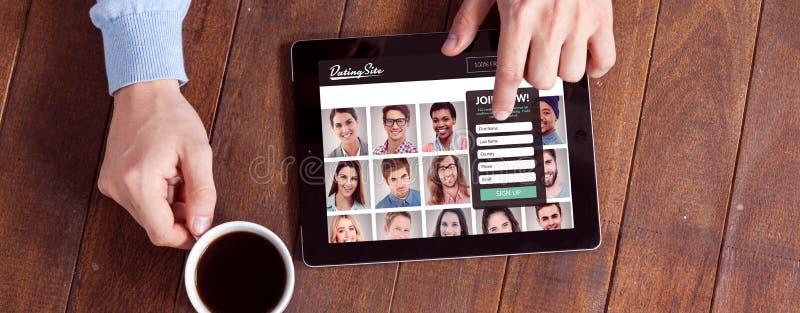 人的综合图象使用数字片剂的,当食用咖啡时 免版税库存照片