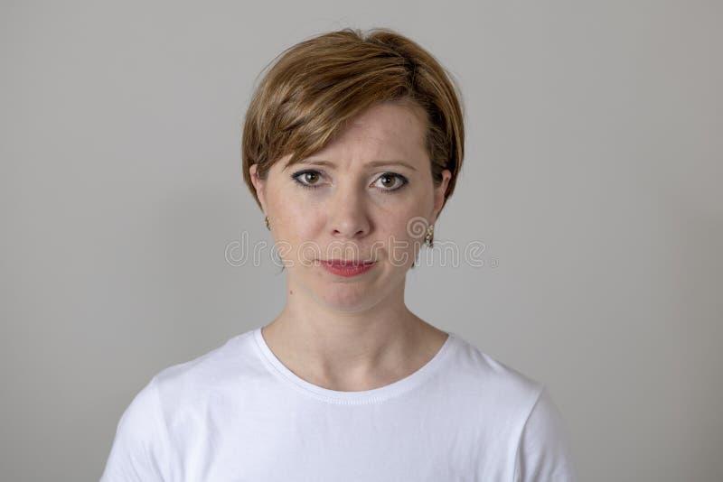 人的表示和情感 有一张严肃的面孔的年轻可爱的妇女 免版税库存照片