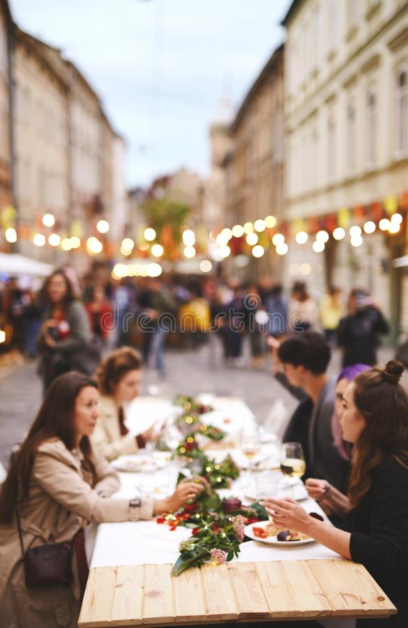 人的被弄脏的图象在街道食物店晚上 免版税库存图片