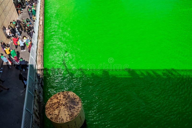 人的阴影沿着聚集的人群的庆祝洗染绿的芝加哥河 库存图片