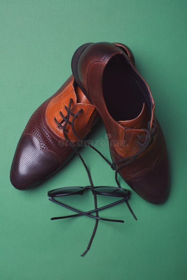 人的鞋子和太阳镜 免版税库存照片