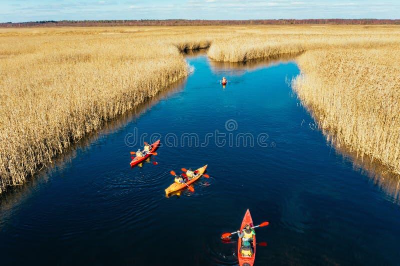 人皮船的在秋天河的芦苇中 免版税库存照片