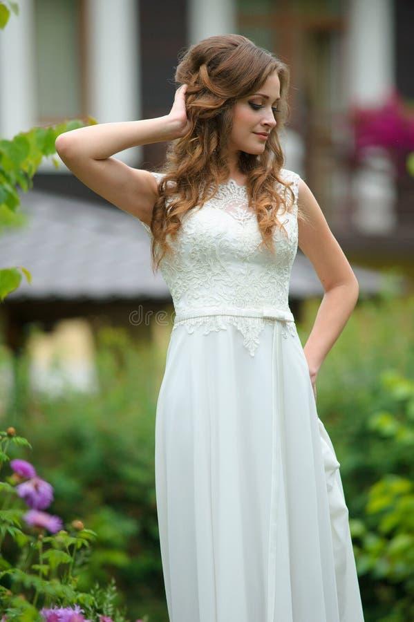年轻人相当愉快的妇女室外时尚画象在夏天o 库存图片