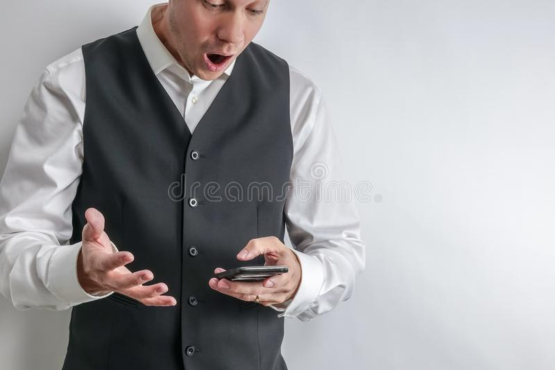 人看冲击,惊奇, loooking他巧妙的电话 免版税库存照片
