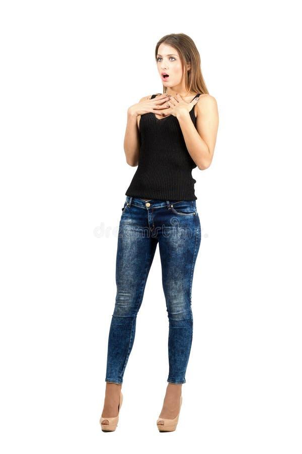 年轻人看害怕的震惊的妇女  免版税库存图片