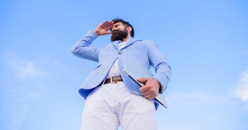 人看方向的正装经理 商人有胡子的面孔天空背景 新的企业方向 更改 免版税库存照片