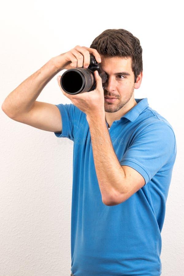 年轻人看sideway一台照相机 免版税库存图片