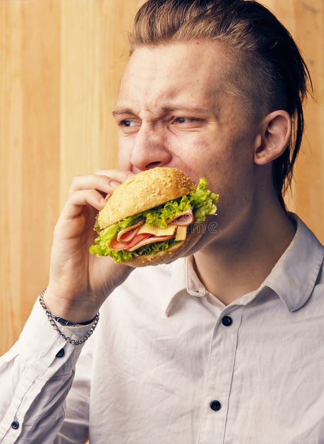 人真正地尝试对汉堡 库存照片