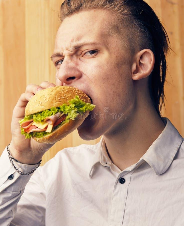 人真正地尝试对汉堡 库存图片