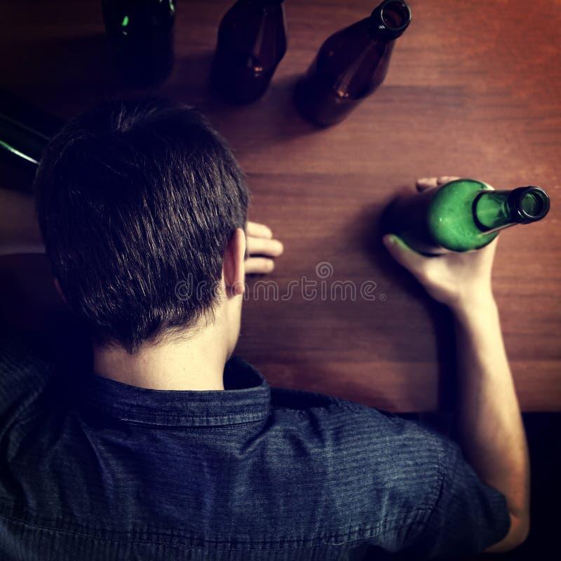 年轻人睡眠用啤酒 免版税库存照片