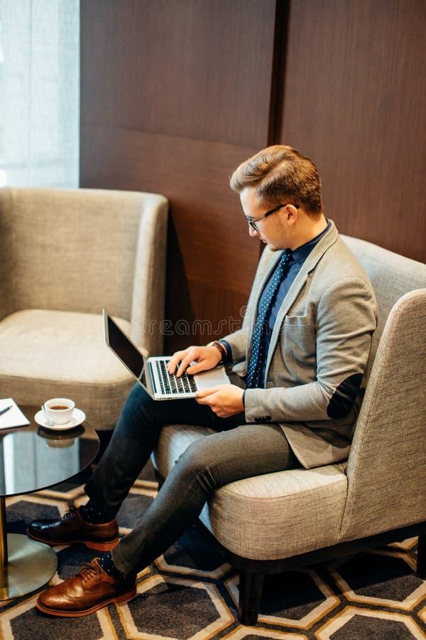 人研究膝上型计算机对生意及早做与咖啡 库存图片