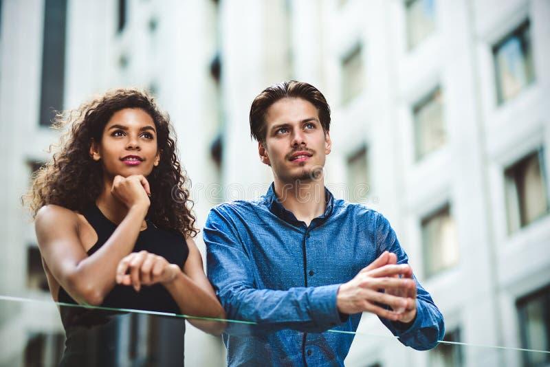 人种间企业夫妇有一次交谈在现代城市 免版税库存图片