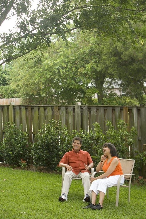人种间后院的夫妇 免版税库存图片