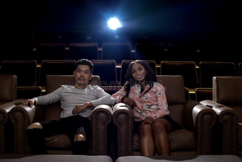人种间夫妇在电影院日期 库存图片