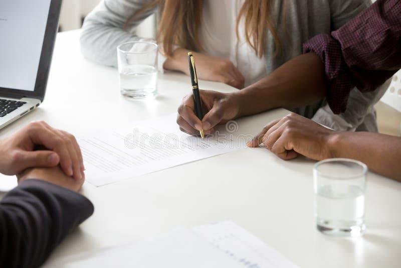 人种间夫妇签财政合同的或婚礼前同意 免版税图库摄影
