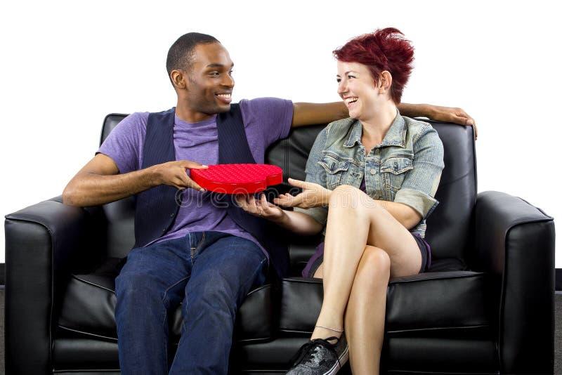 人种间夫妇在情人节 免版税库存照片