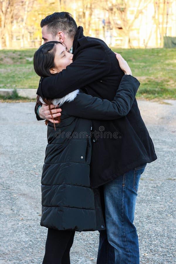 人种间夫妇拥抱室外 免版税库存图片