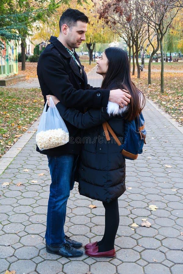 人种间夫妇拥抱室外 免版税图库摄影