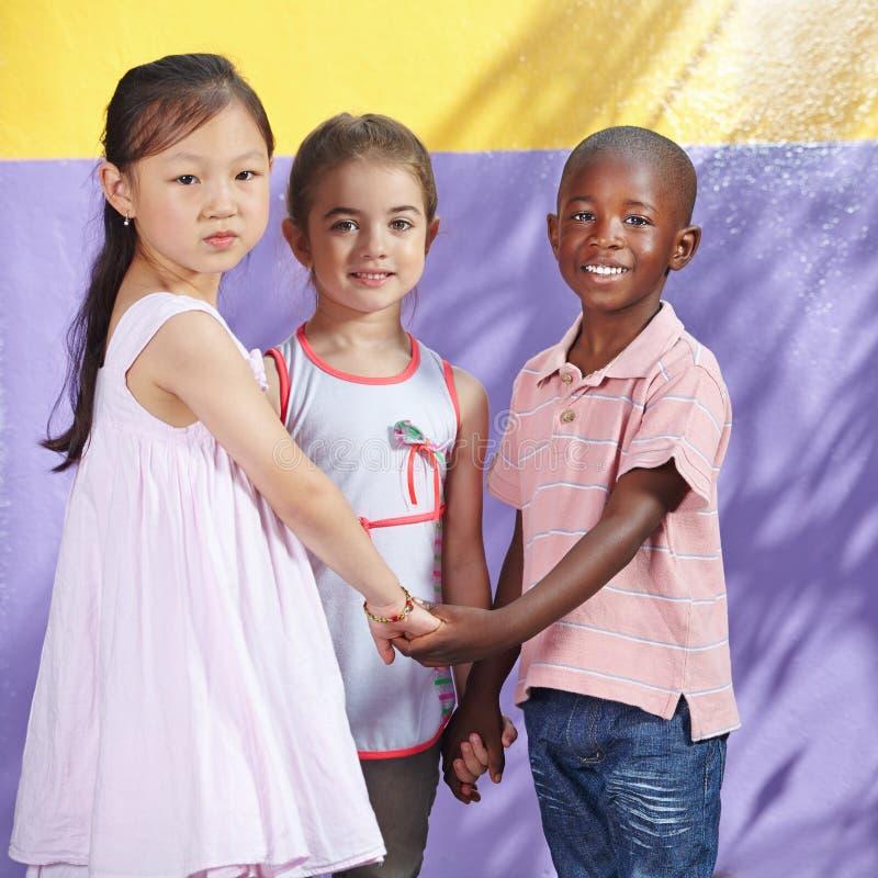 人种间小组愉快的孩子 免版税库存照片