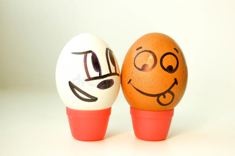 人种间爱概念 与被绘的面孔的鸡蛋 图库摄影