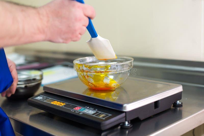 人称在一个玻璃碗的焦糖 免版税库存照片