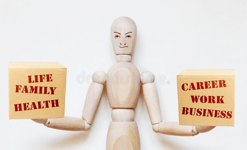 人称在他的手上的箱子与家庭生活和有事业和工作的 免版税图库摄影