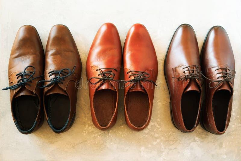 人穿上鞋子汇集-不同的模型和棕色颜色 顶视图 销售和购物概念 免版税图库摄影