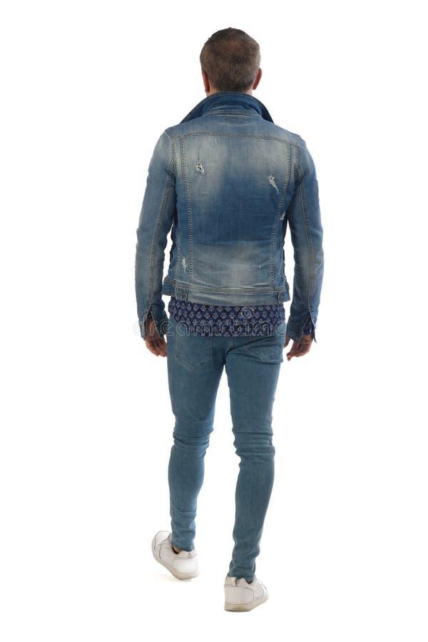人穿戴了与在白色背景隔绝的蓝色牛仔裤 免版税库存照片