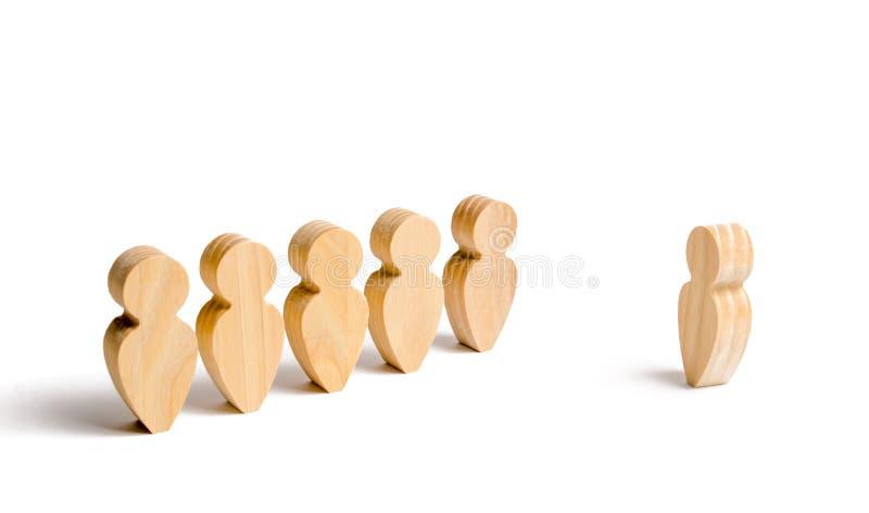 人立场木图在形成的和听他们的领导 企业训练、简报和激动人心的讲话 库存图片