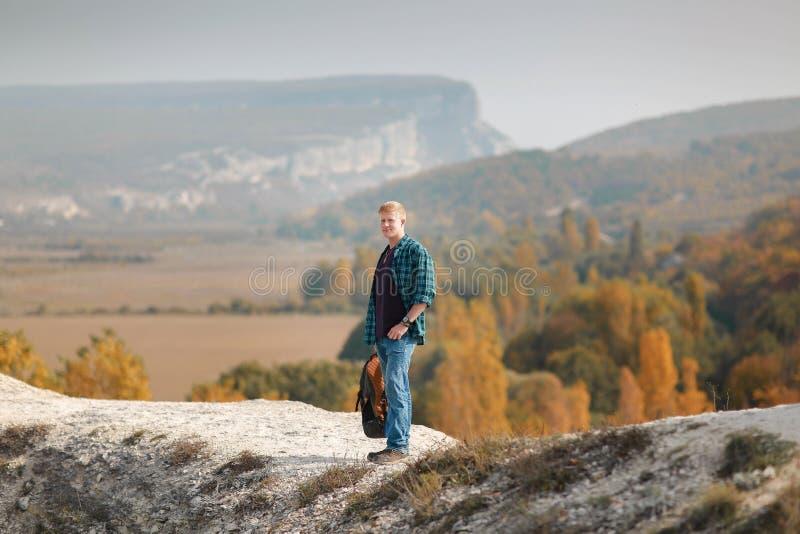 人站立在秋天小山顶部 免版税库存图片