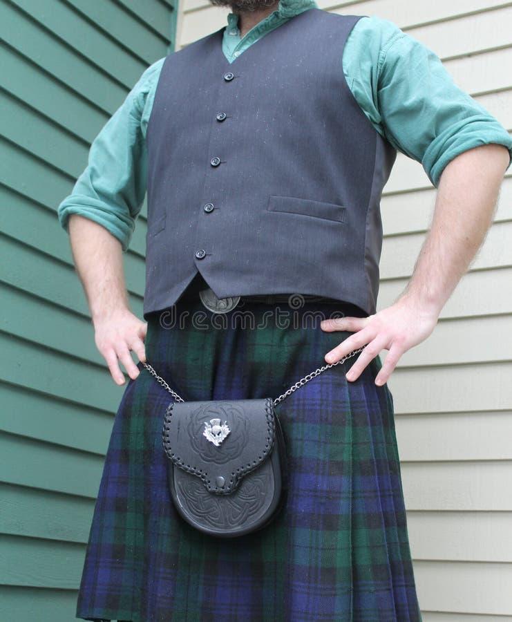 人站立的佩带的苏格兰苏格兰男用短裙 库存照片