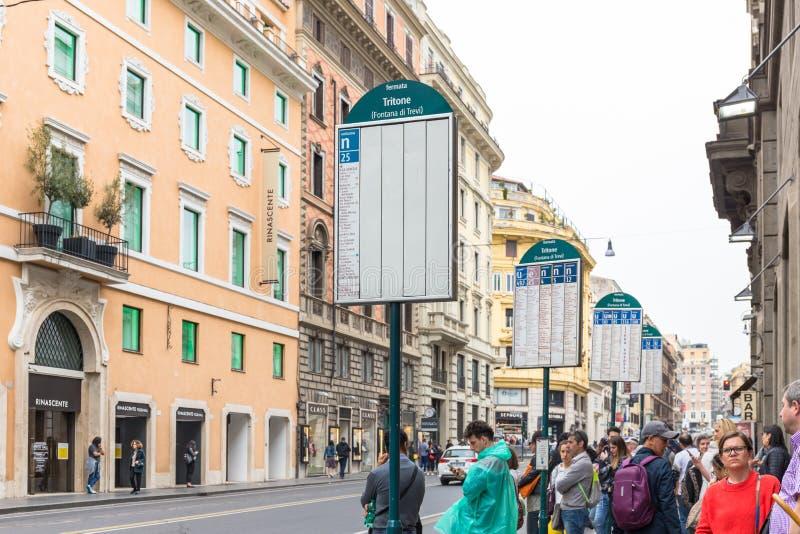 人等待的公共汽车在罗马,意大利的中心 免版税库存照片