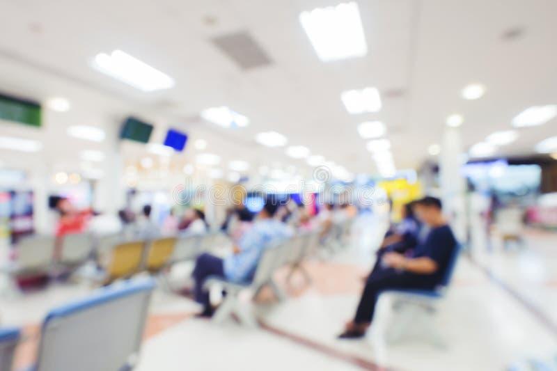 人等待的医生被弄脏的背景在医院 免版税库存照片