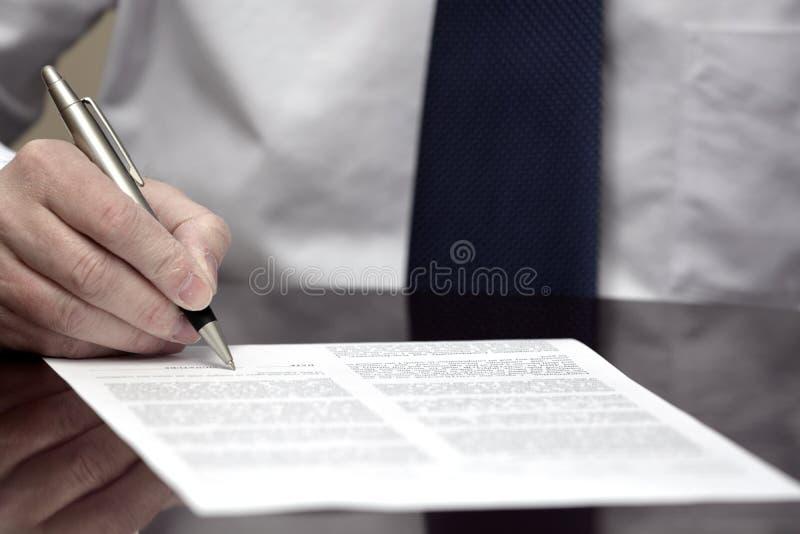 人签署的合同纸白色衬衣领带生意 库存照片