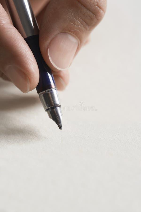 人签署的文件接近笔在手中 库存图片