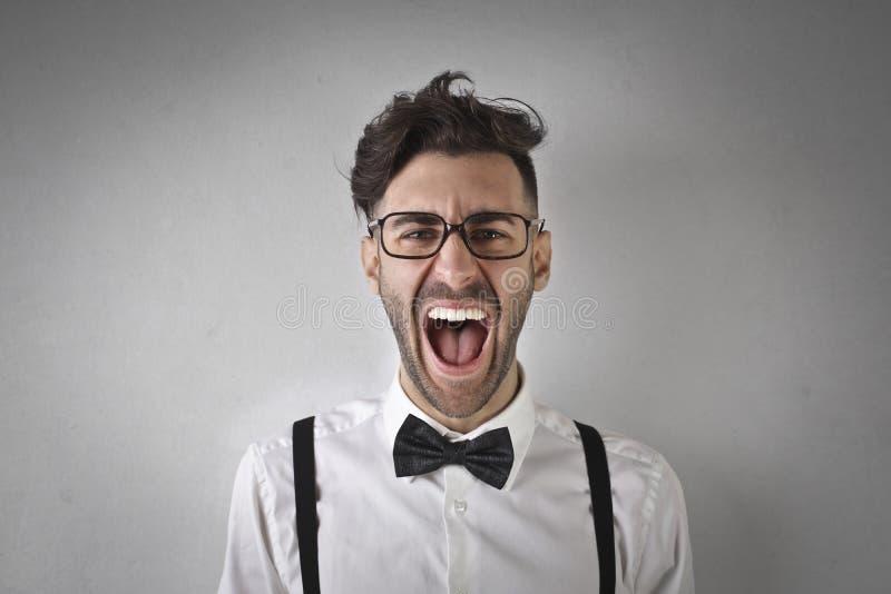 人纵向尖叫的年轻人 免版税库存照片