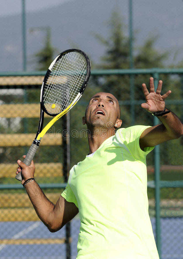 人纵向球拍网球 免版税库存照片