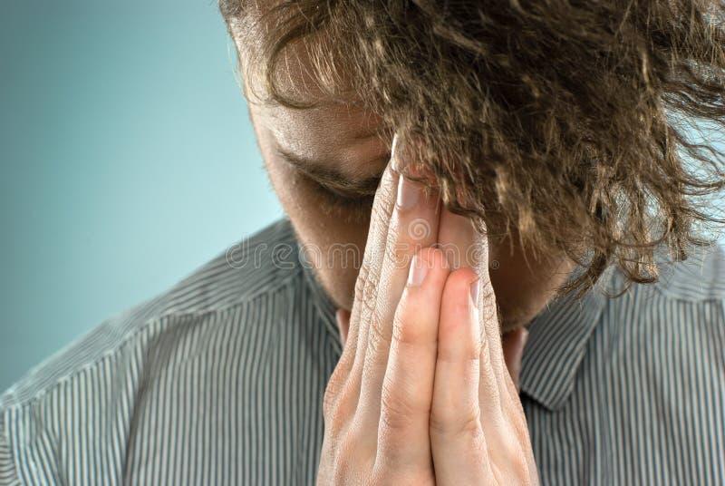 人纵向祈祷 免版税库存图片
