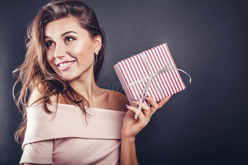 人给一个礼物盒他的女朋友为情人节 免版税库存照片