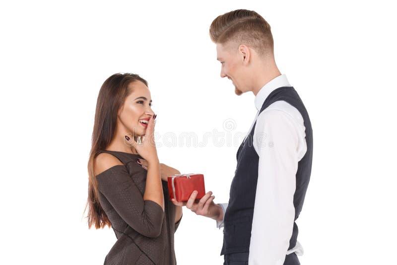 人给一件礼物他的女朋友,女孩困窘高兴在此,微笑 查出 库存图片