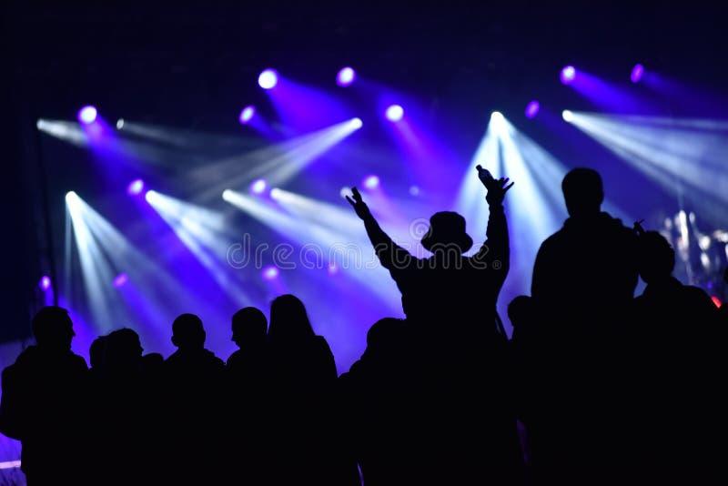 人群剪影在夜音乐会的 库存图片