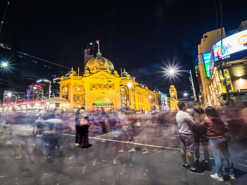 人群外部火车站在晚上 免版税图库摄影