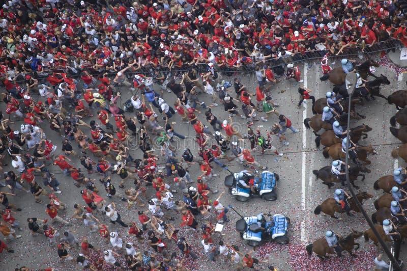 人群庆祝在芝加哥布莱克霍克斯的游行 免版税库存照片