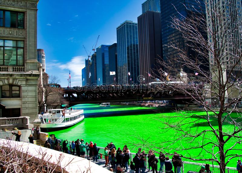 人群沿芝加哥河riverwalk聚集在密执安大道附近 水是被洗染的绿色为圣帕特里克` s天 图库摄影