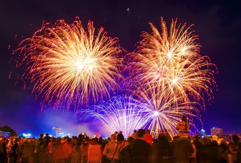 人群观看的烟花和庆祝 城市与烟花的假日场面 免版税图库摄影